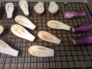 In the process of salting and turning over the eggplants.